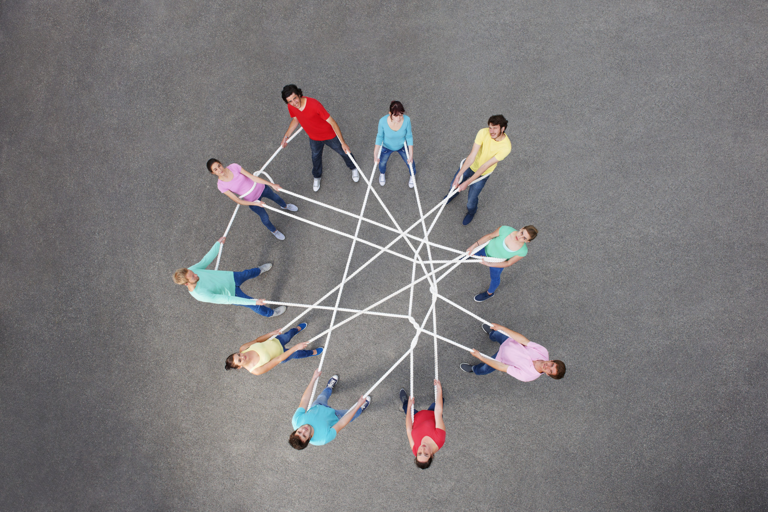 a group connected with a tangled rope illustrate the gordian knot of social media
